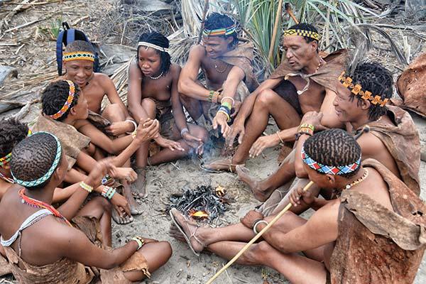 botsuana-tribu-san-en-el-desierto-del-kalahari